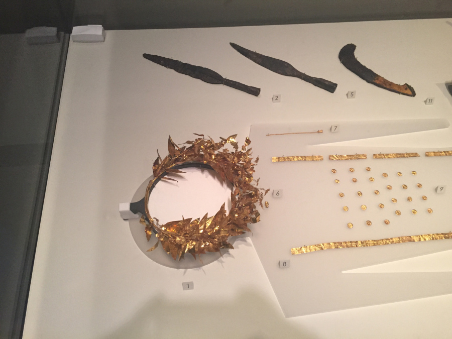 Greeks gold wreath and knives