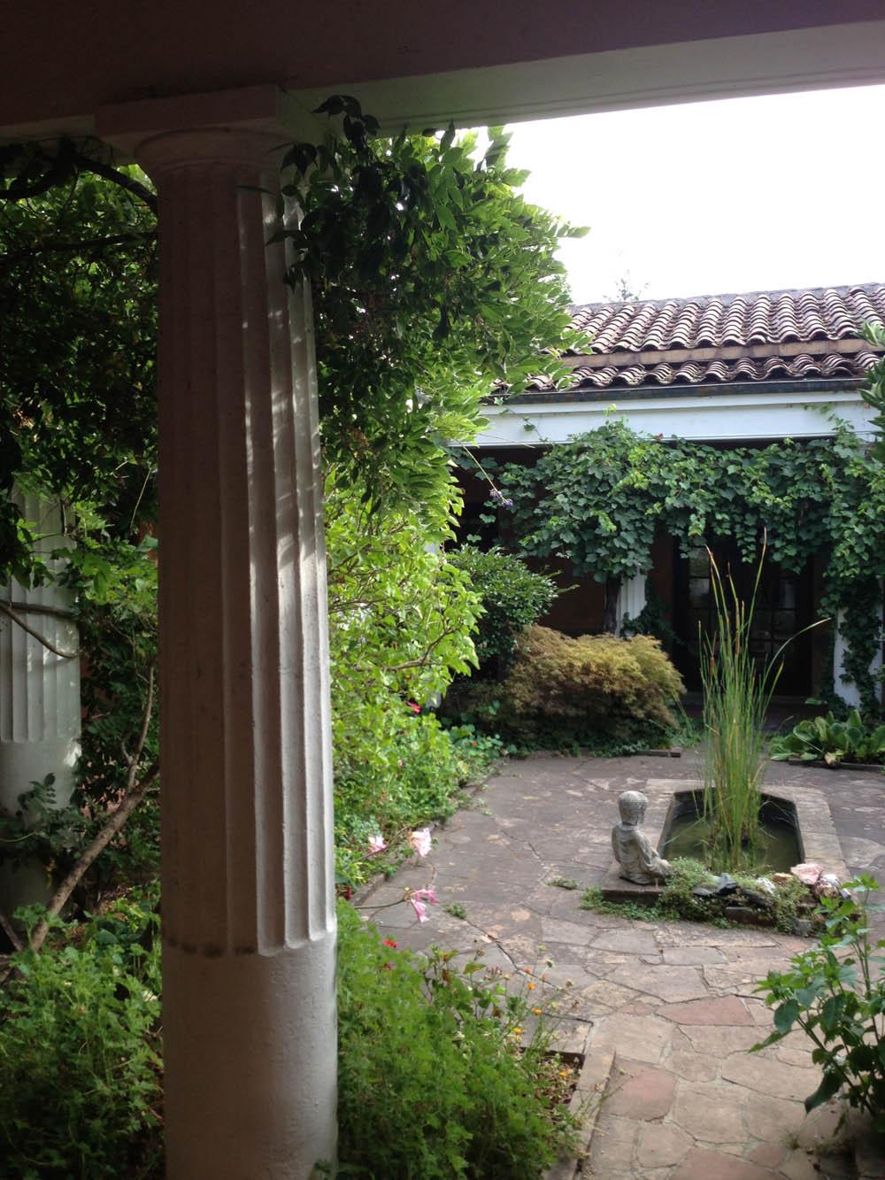 the villa courtyard colsS